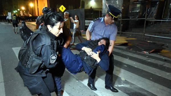 Una de las policías heridas durante el choque con manifestantes en Rosario.