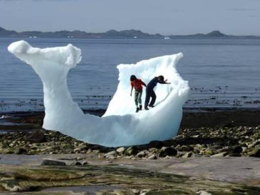 Chicos juegan con una iceberg en la playa de Nuuk, en veranoREUTERS/Alister Doyle