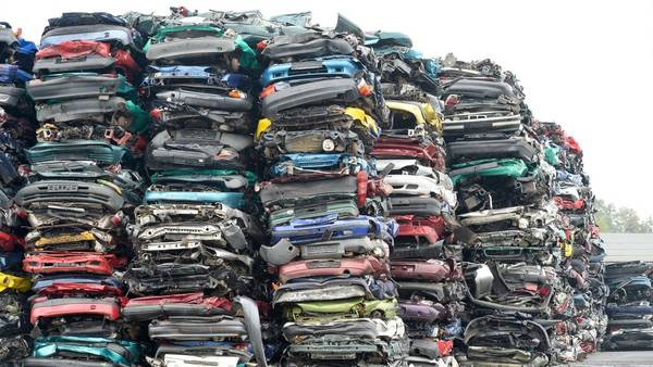 Cadena de valor. Una empresa en Alemania comprime autos en desuso. En la planta de reciclaje reutilizan la materia prima. Foto  AFP/DPA/Peter Endig