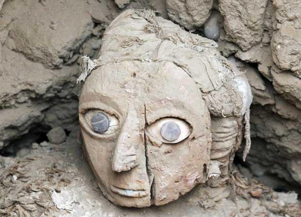 Signora della Maschera - Un'equipe di studiosi peruviani ha trovato nella Huaca (monte nella lingua indigena quechua) Pucllana, in pieno centro di Lima, una tomba intatta della cultura pre-ispanica Wari, sviluppatasi fra il VI e il XIII secolo. Nella tomba sono stati rinvenuti 'fardos' (involucri) funerari di tre adulti, tra cui due donne, e di un bambino sacrificato secondo i costumi della cultura Wari. Uno dei corpi, pervenuto in ottime condizioni con una maschera funeraria, è stato ribattezzato 'La Signora della Maschera' (Reuters)