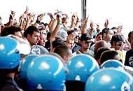 Napoli, tifosi padroni del treno Petardi e fumogeni anche a Termini
