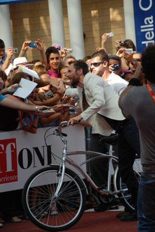 Arrivo in bici al Red Carpet del Grande Lorenzo Jovanotti Cherubini