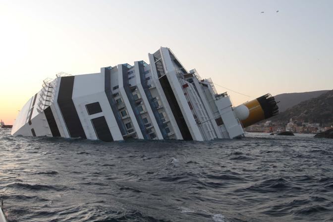 Una nave da crociera si incaglia e oltre quattromila persone hanno dovuto abbandonare l'imbarcazione: tre morti e feriti