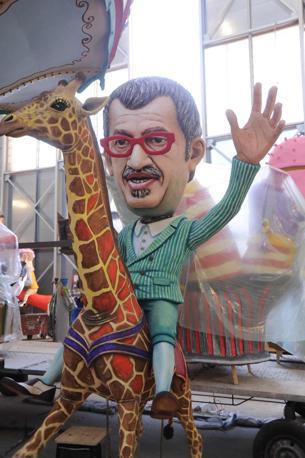 Roberto Maroni sulla giraffa