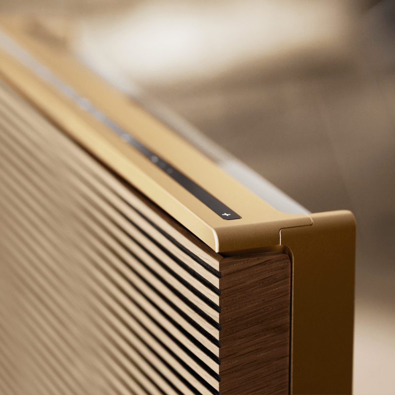 Detail view of the aluminium frame and wood cover of Beosound Level Gold Tone - Light Oak Bang & Olufsen