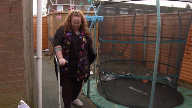Clair Jones ha bisogno di usare le stampelle per muoversi perché la sua condizione di fibromialgia le causa così tanto dolore