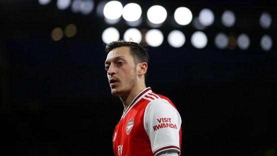 The ousted Arsenal Ozil wants to be able to help the gunners through a difficult period