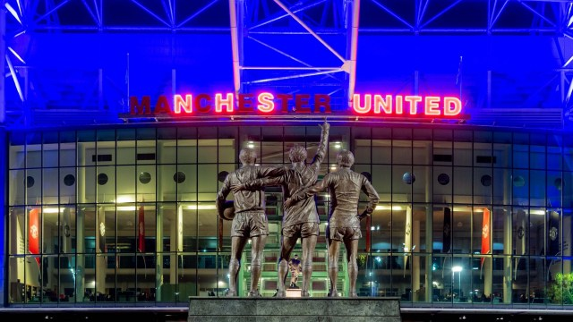Man Utd pay tribute to NHS workers as Old Trafford is turned blue | Goal.com