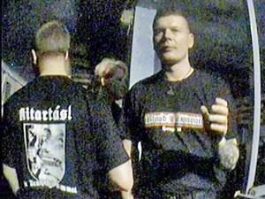 """Ein mittlerweile ehemaliger NPD-Funktionär mit """"Blood & Honour""""-T-Shirt."""