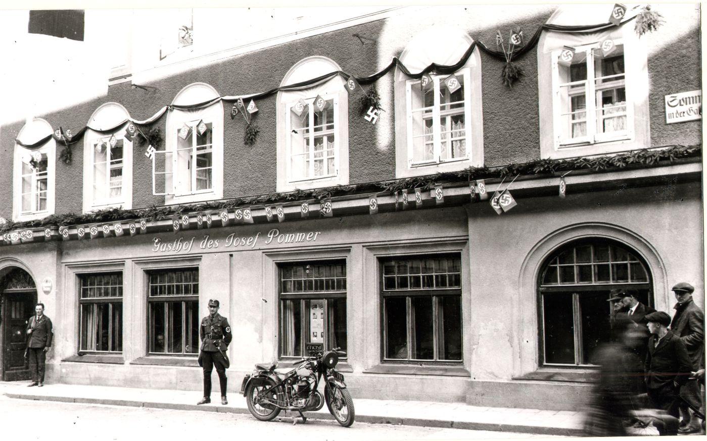 foto: braunau history Historische Ansicht des Hauses in Braunau, in dem Adolf Hitler geboren wurde. Bis in die späten 1930er-Jahre war hier der Gasthof Pommer untergebracht