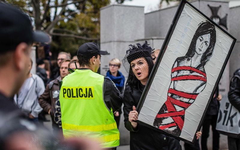 foto: afp photo / wojtek radwanski Protest gegen das geplante Abtreibungsverbot in Warschau am Donnerstag.