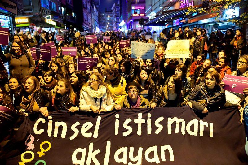 foto: apa/afp/yasin akgul In Istanbul und Ankara gingen am Wochenende mehrere tausend Frauen, die meist aus dem säkularen Lager kamen, auf die Straßen. Doch auch bei den Religiösen wurde Kritik am Missbrauchsgesetz laut.