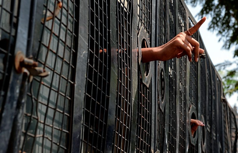 foto: apa/afp/indranil mukherjee Festgenommene in einem indischen Polizeifahrzeug. Immer wieder werden Verdächtige getötet. Laut Human Rights Watch werden Beamte nicht zur Rechenschaft gezogen.