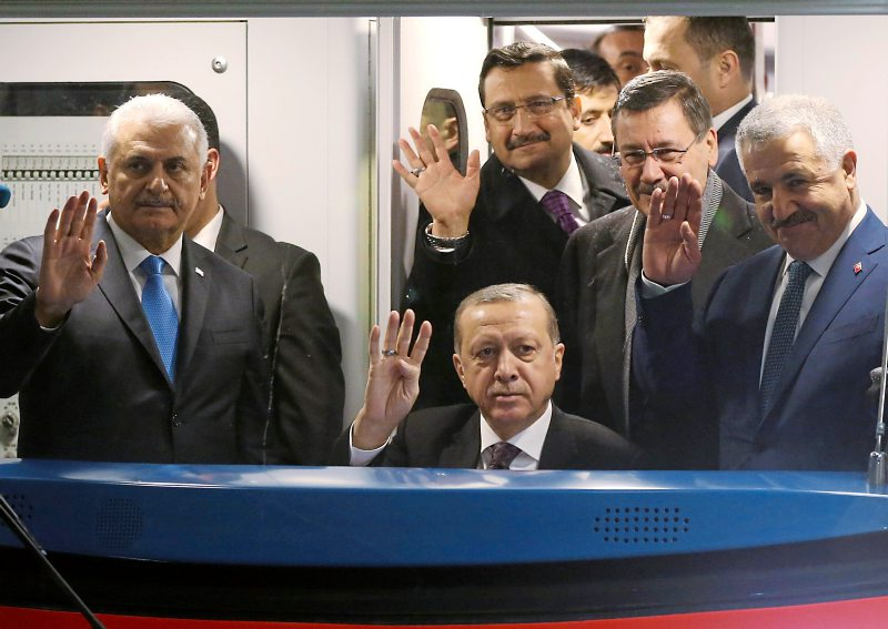 foto: afp/bulbul Erdoğan will die Türkei in Zukunft möglichst alleine steuern. Im Bild posiert er im Führerstand der neueröffneten U-Bahn-Linie in Ankara.
