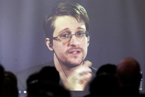 foto: apa Snowden bei einem Auftritt vor Studenten – via Skype