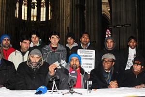 Khan Adalat, Muhammad Numan und Di-Tutu Bukasa (vorne, von links) machten am Mittwoch bei einer Pressekonferenz noch einmal auf die prekäre Situation von Asylsuchenden in Österreich aufmerksam.