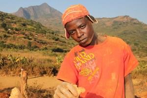 Mike Kamombe (31) aus Simbabwe arbeitet in einer kleinen Goldmine in Mosambik. Sollte er einen Klumpen Gold finden, will er ihn behalten.