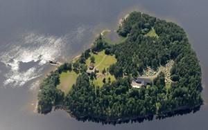 Das Bild zeigt die Insel Utøya, rund 30 Kilometer nordwestlich von Oslo, auf der Anders Behring Breivik vor zwei Jahren 69 Menschen erschoss. Dort fand zu diesem Zeitpunkt das traditionelle Sommerlager der Jungen Sozialdemokraten statt. In Oslo kamen wenige Stunden zuvor acht Menschen bei einem ebenfalls von Breivik verübten Bombenanschlag ums Leben.