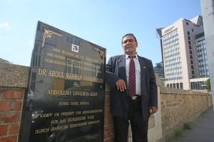 """Ata Nassiri vor """"seinem"""" Gedenkstein in der Wiener Linken Bahngasse 5."""