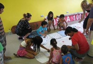 Kinder und Erwachsene bereiteten sich 2011 im Gemeindezentrum (unten) auf die 100-Jahr-Feier ihres Dorfes vor.