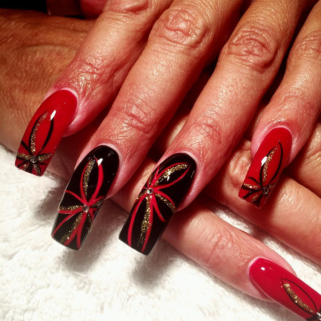 Artificial Nails Designs With Gold Glitter