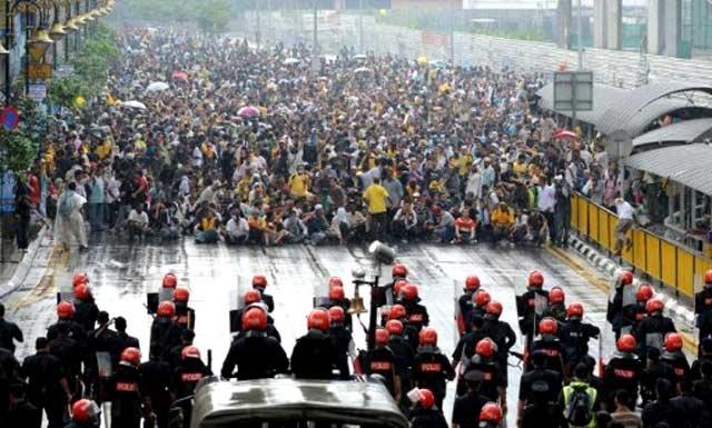 Demonstran Malaysia Ditembaki Gas Air Mata