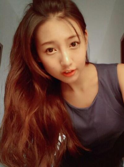 Sang adik banyak memposting foto selfie. Foto Kakak Beradik Seksi Min Chen dan Brandy Akiko