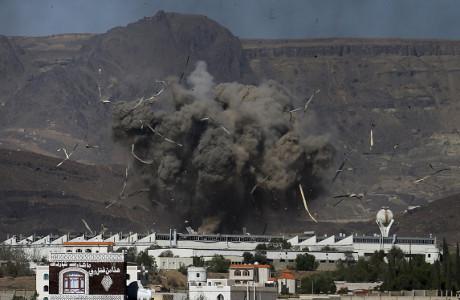 Serangan Arab Saudi Picu Ledakan di Depot Senjata Yaman, 69 Orang Tewas