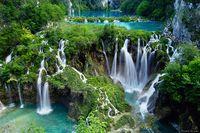 Susunan cantik Plitvice Lakes ini terlihat sangat memukau dan alami (beautifulplacestovisit.com)