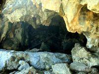 Mulut gua yang dipenuhi batu tajam. Gua ini tidak panjang, tetapi saya tidak berani masuk terlalu jauh karena hanya sendirian