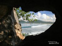 Pemandangan yang bisa dinikmati dari salah satu gua