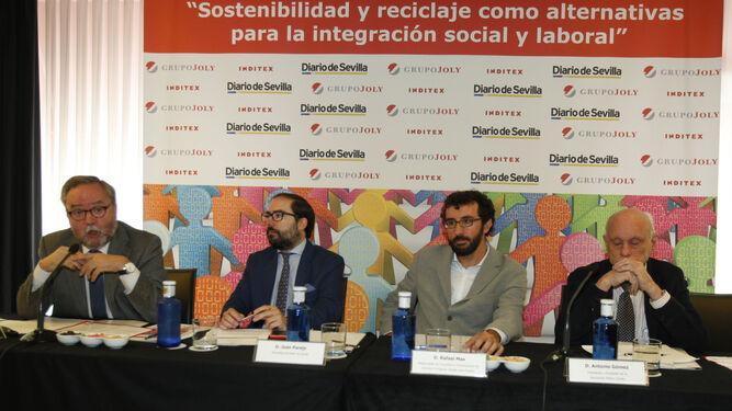 Tomás Valiente, director general del Grupo Joly, y Julio Coca, secretario general de Empleo de la Junta, durante la bienvenida.