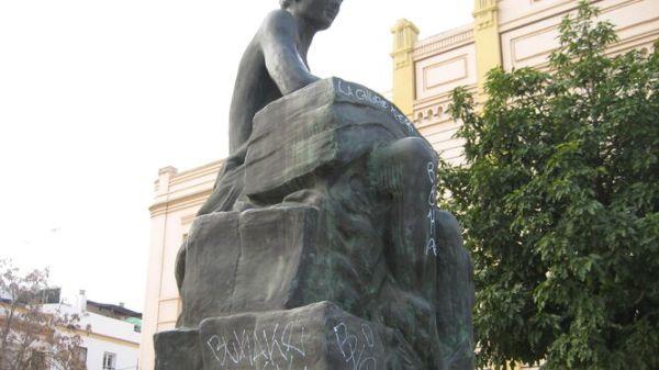La escultura del Vendedor de Prensa. A la derecha, la de Curro Romero.
