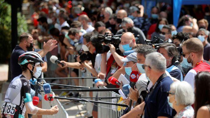 Mikel Nieve, que se cayó el miércoles, atiende a los periodistas en la salida de la etapa. (EFE)