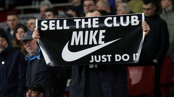 Un aficionado del Newcastle pide la venta del club. (Efe)