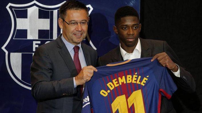 Dembelé, junto a Bartomeu. (Reuters)