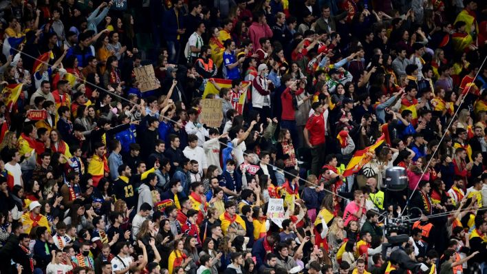 La afición española, animando a la Selección. (Reuters)