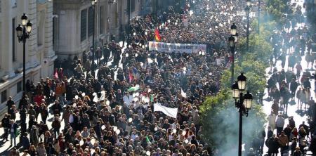 """Miles de personas se manifiestan en la capital por una sanidad pública """"universal y de calidad"""""""