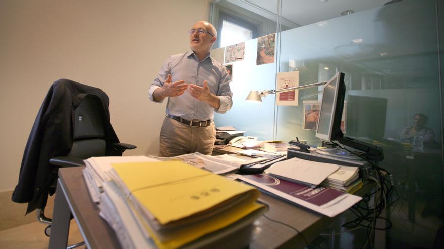 Antonio Montiel, en su despacho en las Corts Valencianes. JESÚS CÍSCAR