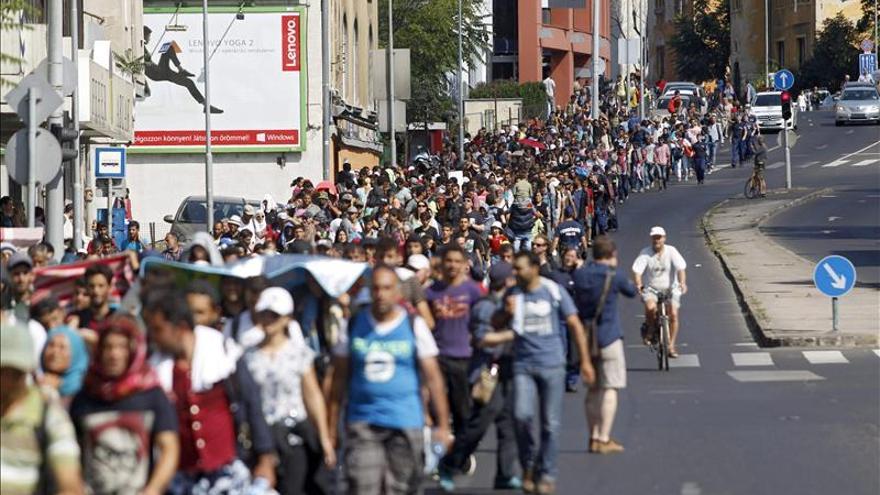 Cientos de refugiados abandonan a pie Budapest en dirección a Austria Refugiados/ Efe