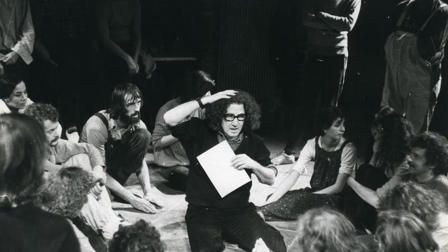 Augusto Boal, creador del Teatro del Oprimido y del Teatro Foro, en una actuación en 1975. Imagen: Funarte, Brasil.