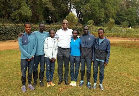 El equipo de atletas refugiados con el director de Acnur en Kenia. Foto: Lam Joar/ Fundación Tegla Loroupe