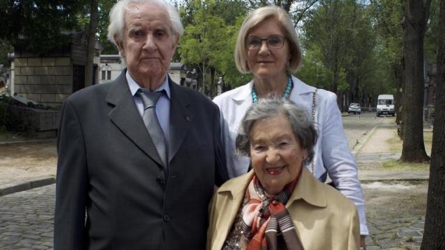 Anna María, sobrina de Boix (detrás), junto al exprisionero de Mauthausen Ramiro Santisteban y su esposa Ninní / C. Hernández