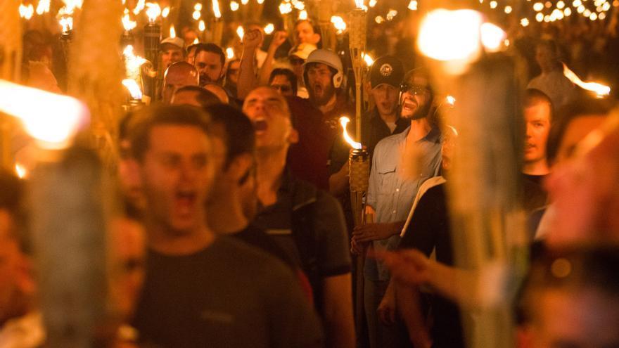Neonazis, simpatizantes de Alt-Right y supremacistas blancos participan en una marcha en la noche antes de la manifestación 'Unite the Right' en Charlottesville, Virginia. Marchan con antorchas a través del campus de la Universidad de Virginia.