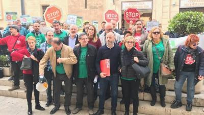 Activistas de la PAH, con miembros del PSPV, Compromís y Podemos para reivindicar la ley valenciana de vivienda social.