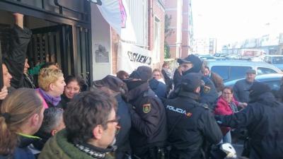 Puerta del portal donde vivía Remedio y su familia en una casa de Bankia ocupada. / PAH