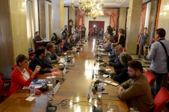 Reunión en el Congreso de la mesa de partidos a favor de un diálogo en Catalunya, con presencia de CCOO y UGT.