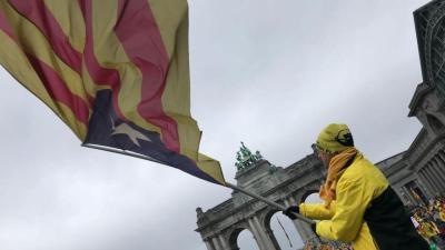 Un manifestante ondea una bandera independentista en Bruselas