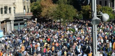 Una multitud corta Gran Via frente a la sede de Economía en protesta contra los registros por el 1-O