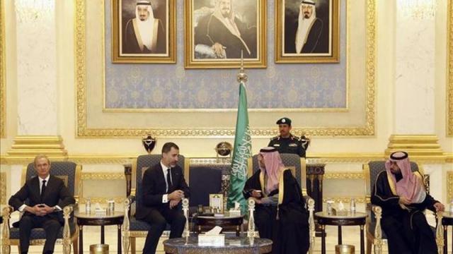 Felipe VI y el ministro de Defensa, Pedro Morenés, visitaron Riad en enero para trasladar su pésame por la muerte del rey Abdalá
